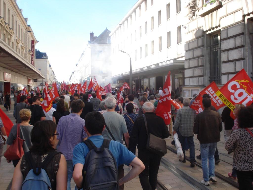 le rassemblement par en manif dans la rue nationale