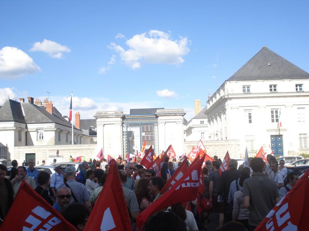 devant la préfecture de Tours