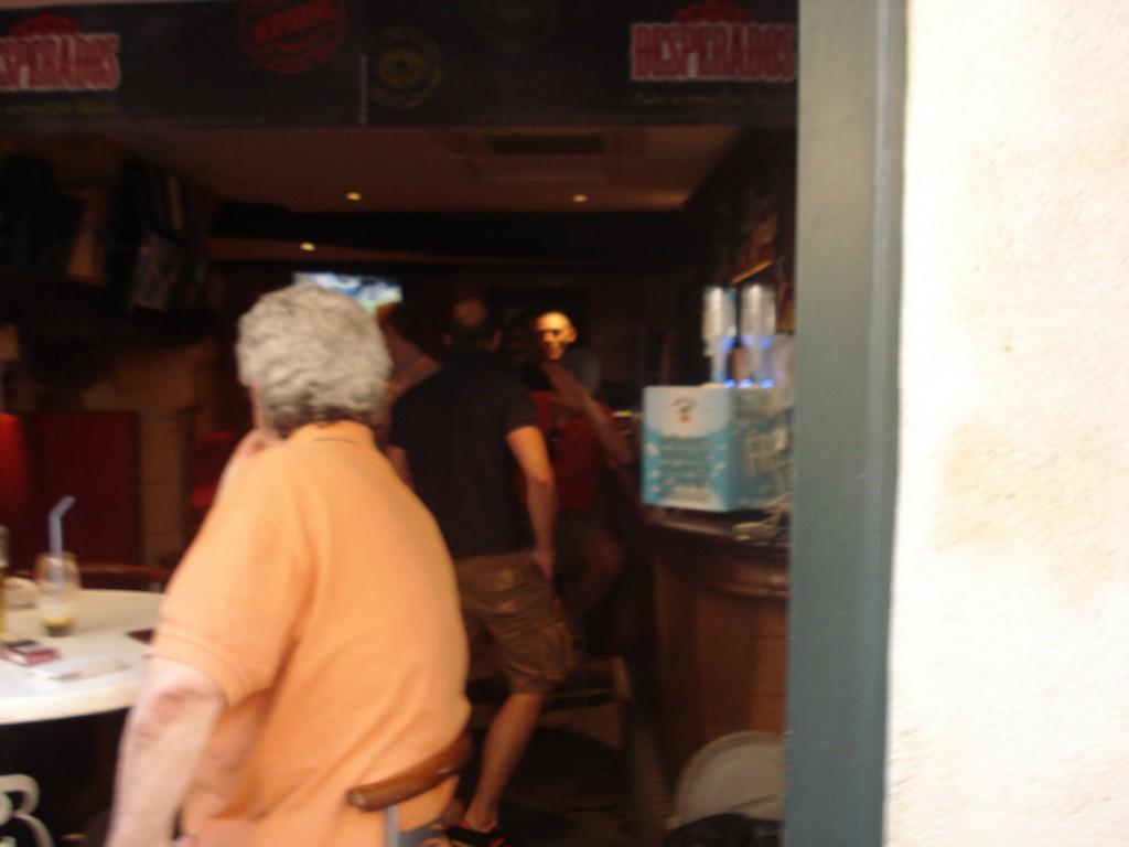 En passant devant le bar l'épée rorale PL Mériguet, Jeffy, Johan beer et un inconu trinque à la mort de clément